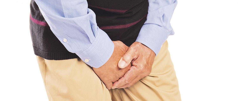 Detail eines Mannes, der seine Genitalien mit den Händen schützt
