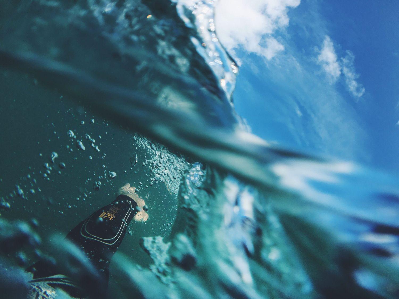 Detail eines Surfers beim Schwimmen im Meer