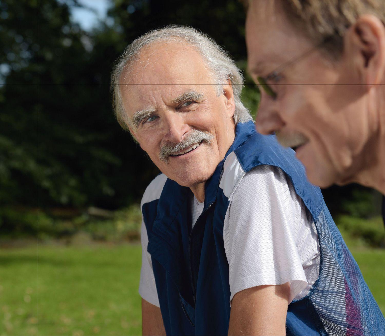 Ein älterer Mann schaut einen anderen an